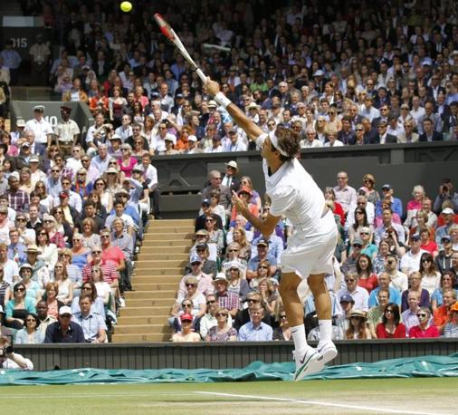Il servizio di Federer nella sua ottava finale di Wimbledon (Ap)