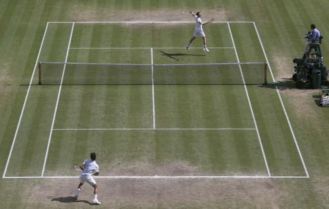Una panoramica dall'alto con un tentativo di volee per Murray da metà campo (Afp)