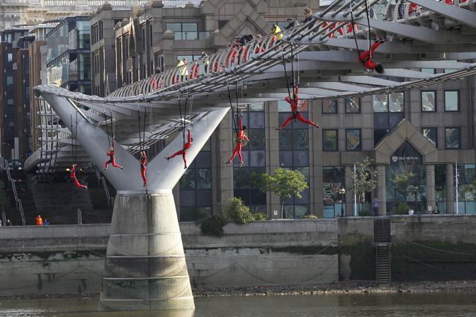Ballerini durante una performance sul Millenium Bridge a Londra, durante un Festival per le Olimpiadi. Gli atleti sono stati diretti da Elizabeth Streb (Ap)