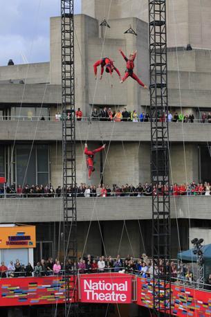 E al National Theatre (Ap)