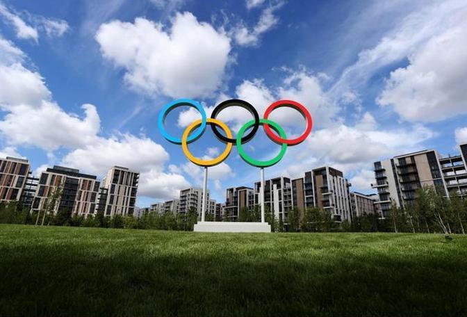 I cinque cerchi accolgono gli atleti nel Villaggio Olimpico (Action Images / Steven Paston)