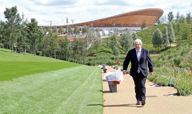 Il sindaco di Londra si allontana dal Villaggio Olimpico (Epa/Heavey)