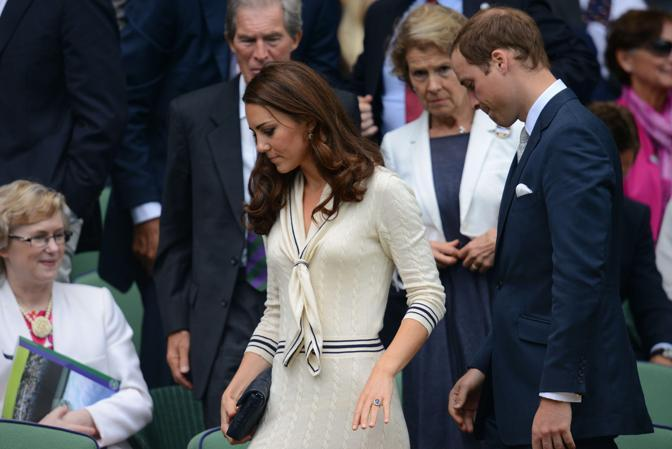 La duchessa di Cambridge Kate e il principe William in tribuna a Wimbledon per i quarti di finale in cui Federer ha battuto il russo Mikhail Youzhny (Afp/Neal)