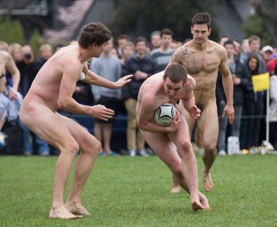 A Dunedin, in Nuova Zelanda, si è svolto il tradizionale incontro di rugby senza veli tra i Nude Blacks e gli Springbox, che d'abitudine precede la partita tra la Nuova Zelanda e il Sud Africa (Afp/Melville)