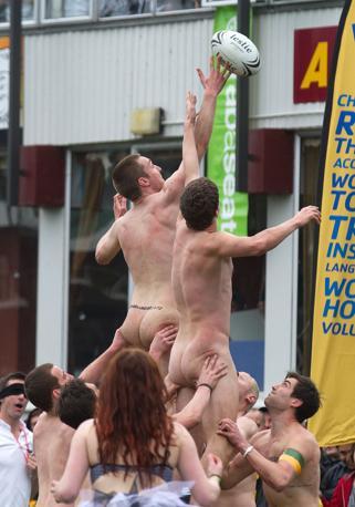 Oltre alla partita, decisamente accesa, brillano i giochi di parole. Intanto, tra il nome della città ospitante, Dunedin, e «nude», nudo (Afp/Melville)