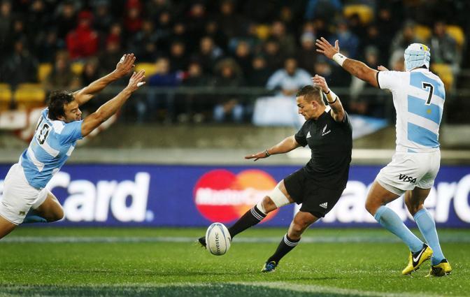 la Nuova Zelanda ha battuto 21-5 l'Argentina in un incontro valido per il Championship. Nella foto, Juan Martin Hernandez e Juan Manuel Leguizamon cercano di fermare un calcio di Aaron Cruden (Reuters)