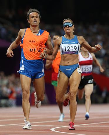 Annalisa Minetti in gara con la sua guida, Andrea Giocondi, nella finale dei 1500 metri di atletica leggera alle Paralimpiadi di Londra 2012. L'azzurra ha stabilito il record del mondo nella sua categoria, la T12 (atleti ciechi), ma ha conquistato �solo� la medaglia di bronzo perch� nella specialit� erano ammessi anche gli atleti ipovedenti (Ap/Grant)