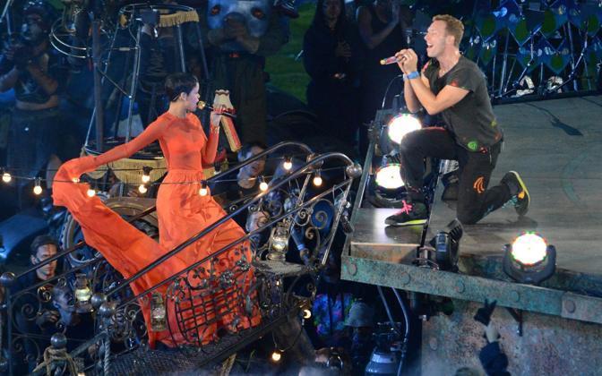Anche Rihanna si è esibita, qui mentre duetta con Chris Martin dei Coldplay. (Epa)
