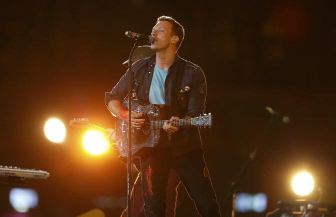 Chris Martin dei Coldpaly si è esibito anche con la British paraOrchestra in «Strawberry Swing» molto apprezzata (Reuters)
