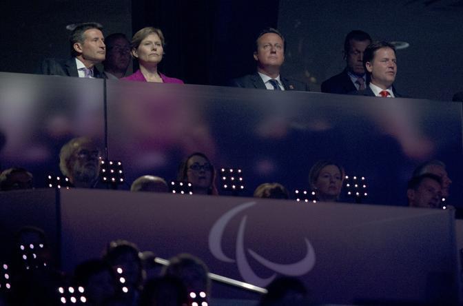 Il primo ministro inglese David Cameron, secondo da destra, presente alla cerimonia.  «Un trionfo assoluto - ha detto Cameron, il cui figlio disabile, Ivan, è morto nel 2009 - dall'inizio alla fine. Come tutti i genitori penso alle cose che non possono fare. Ma sono dei superuomini» (Ap)
