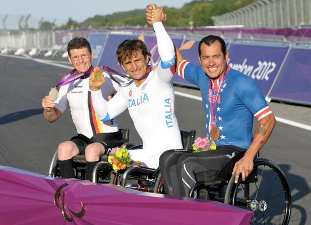 Il podio della crono. Zanardi, al centro, mostra l'oro (Us Presswire)
