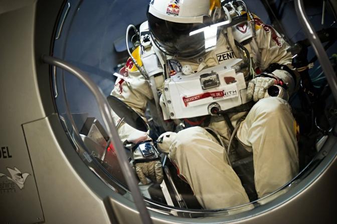 Baumgartner in tuta spaziale pronto per il lancio (foto Red Bull)