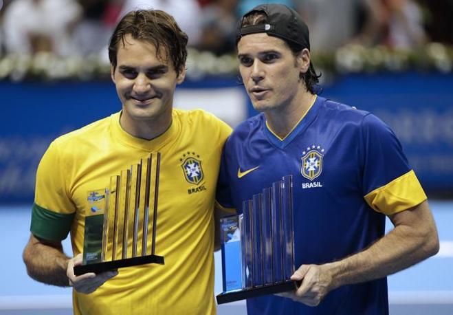 Roger Federer, in «tournee» in Brasile per una serie di incontri di esibizione, indossa la maglia verdeoro e dà appuntamento ai suoi tifosi sudamericani per i Giochi del 2016 (Ap/Penner)