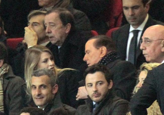 E si siede tra Adriano Galliani e la figlia Barbara. Con cui confabula fitto fitto (Ansa)