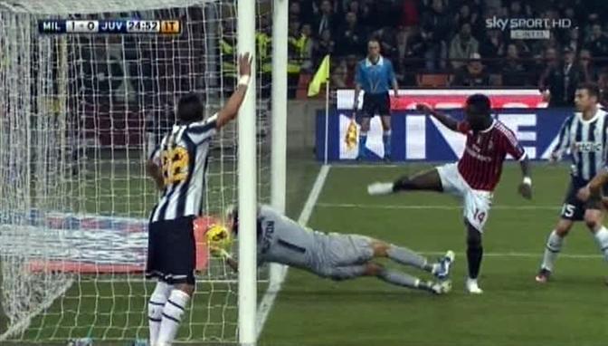 Al 25' Muntari colpisce di testa, il pallone oltrepassa la linea di porta, ma Buffon smanaccia fuori. L'arbitro non reagisce e il gol non viene convalidato (Ansa)