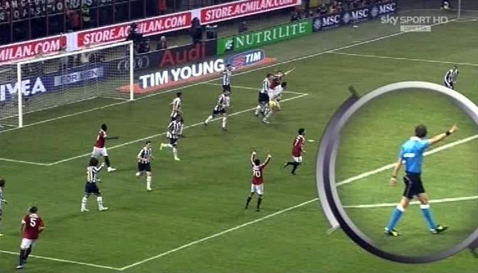 Ancora sul gol fantasma di Muntari: all'inizio l'arbitro sembra andare verso il centro (Ansa)
