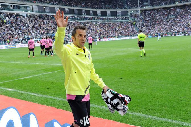 Del Piero lascia la panchina e a partita in corso compie un giro d&#39;onore ai prordi del campo tra gli applausi del pubblico dello Juventus Stadium (Ansa)