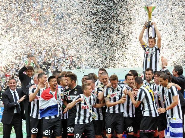Del Piero, capitano della Juventus, alza il trofeo per la vittoria del campionato (Ansa)