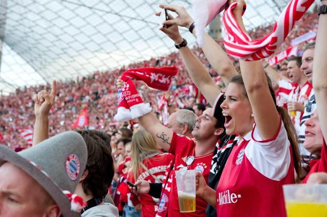 L'esultanza dei tifosi bavaresi (Epa/Hoppe)