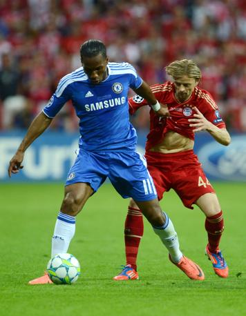 Drogba centravanti del Chelsea (a sinistra)  duella con Tymoschuk (Afp/Stollarz)