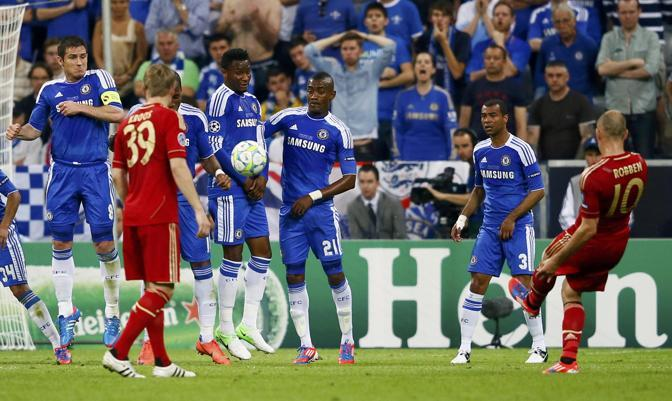 Robben (Bayern) spedisce la punizione sulla barriera (Reuters/Dalder)