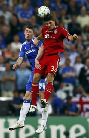 Cahill (Chelsea) in contrasto con Gomez (Reuters/Pfaffenbach)