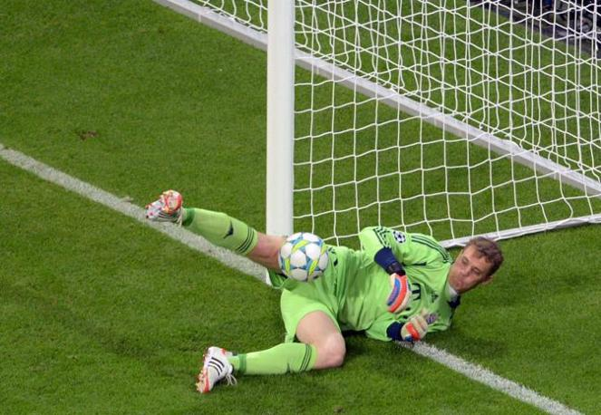 Una parata del portiere del Bayern Manuel Neuer (Epa/Kneffel)