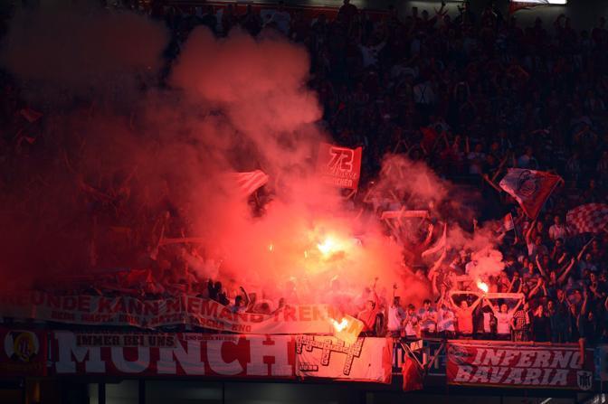 I tifosi del Bayern accendono i fumogeni all'intervallo (Afp/Stollarz)