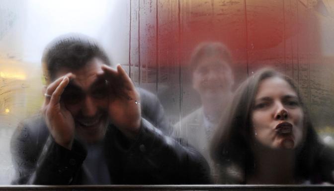 Tifosi del Chelsea sbirciano in un pub a Londra, nel quartiere del Chelsea (Epa/Rain)