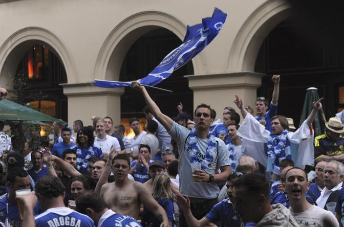 I coraggiosi tifosi del Chelsea in un Beergarten di Monaco di Baviera (Reuters/Krzikowski)