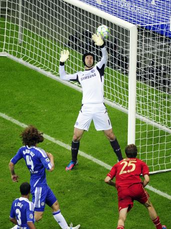 Il portiere del Chelsea Cech non riesce a bloccare il copo di testa di Müller: 1-0 all'83' (Afp/MacDougall)