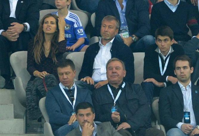 Lo sconforto del patron del Chelsea Roman Abramovich e della sua fidanzata Dasha Zhukova (Epa/Brandt) 