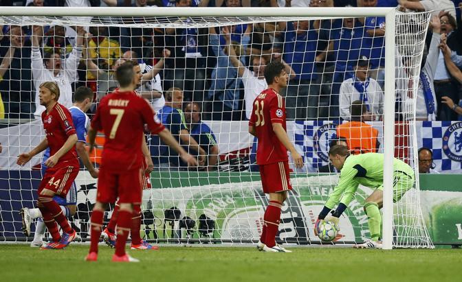 Il portiere del Bayern, Neuer, toglie il pallone dalla rete (Reuters/Dalder)