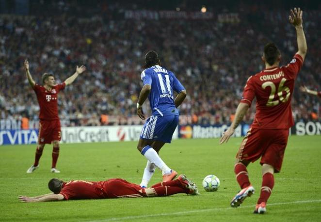 Il fallo di Drogba su Rib�ry: rigore per il Bayern nel primo tempo supplementare (Reuters/Martinez)