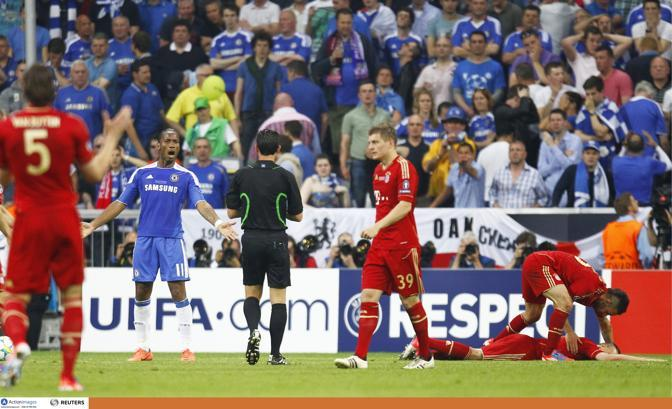 L&#39;arbitro Pedro Proena assegna il penalty e ammonisce Drogba (Action Images/Recine)