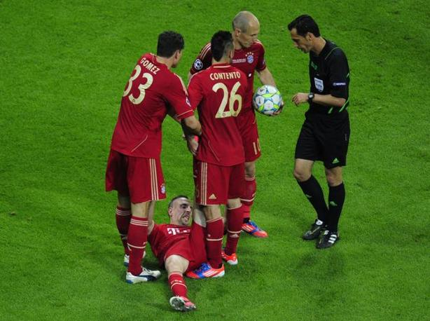 Ribery a terra dolorante mentre i compagni del Bayern discutono con l'arbitro Proen�a (Afp/MacDougall)
