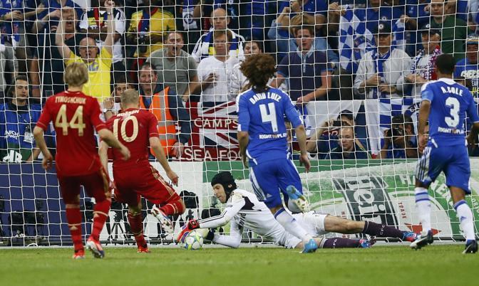 Cech (Chelsea) para in due tempi il tiro di Robben (Bayern) (Reuters/Pfaffenbach)