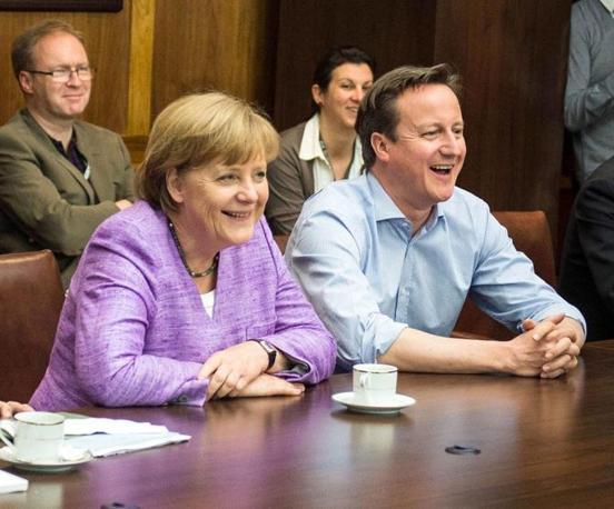 I premier tedesco e inglese, Angela Merkel a sinistra e David Cameron a destra, guardano insieme la finale di Champions League mentre si trovano a Camp David, Stati Uniti, per il vertice del G8 (Epa/Bergmann)