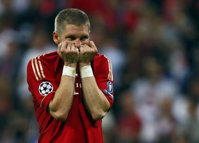 Per l'ultimo tiro del Bayern va sul dischetto la bandiera Bastian Schweinsteiger. Palo pieno e partita sul 4-4. Tutta la delusione del tedesco (Reuters/Pfaffenbach)