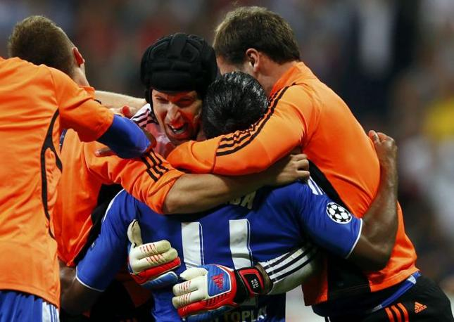 Drogba e Cech abbraciati dai compagni (Reuters/Pfaffenbach)