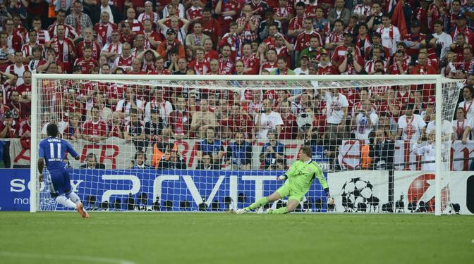 Ultimo tiro dal dischetto, va Drogba: gol e 5-4, Chelsea campione (Reuters/Martinez)