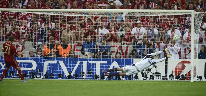 Iniziano i tiri dal dischetto: segna Lahm (Bayern) (Reuters/Martinez)