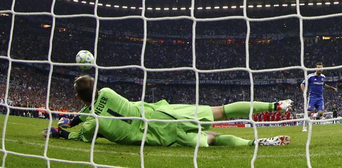 Neuer (Bayern) para subito il rigore di Mata (Chelsea) (Reuters/Pfaffenbach)