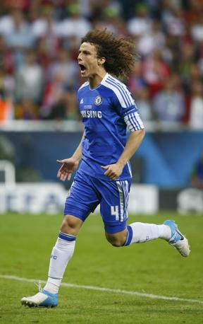 David Luiz (Chelsea) segna il suo rigore e tiene vive le speranze dei Blues. Siamo sul 3-2 (Reuters/Dalder)
