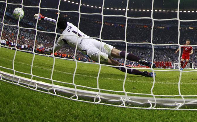 Olic dal dischetto trova la grandissima parata di Cech: 4-3 ancora per il Bayern. Poi segnerà Cole per il Chelsea (Reuters/Pfaffenbach)