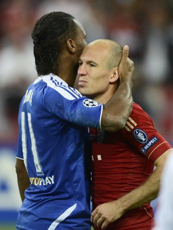 Drogba consola un tristissimo Robben (Reuters/Martinez)