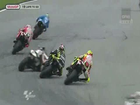 Cadendo il pilota italiano della Honda ha perso il casco, mentre due moto che lo seguivano gli sono passate sopra. Una era quella di Edwards, l'altra quella di Rossi
