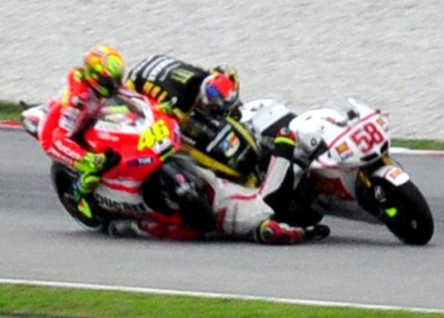 Il momento dell'impatto con Edwards e Rossi (a sinistra) (Afp)