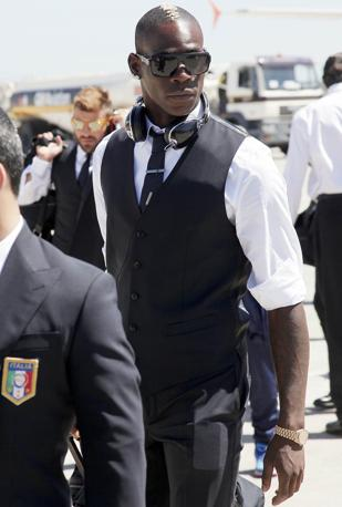 L&#39;attaccante azzurro Mario Balotelli si prepara a salire sull&#39;aereo che lo porter insieme agli altri 22 azzurri a Cracovia (Afp/Stringer)
