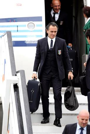 Il ct Cesare Prandelli allo sbarco a Cracovia (Liverani)